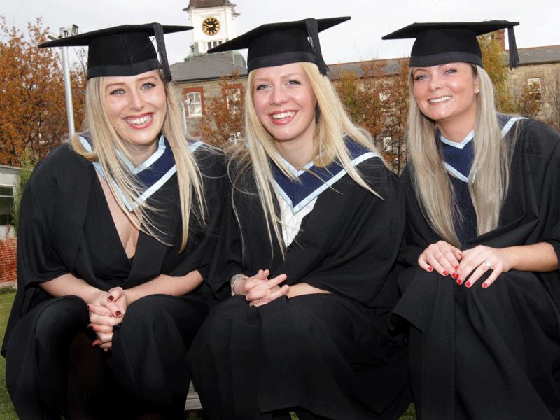 Graduants Pose for a picture